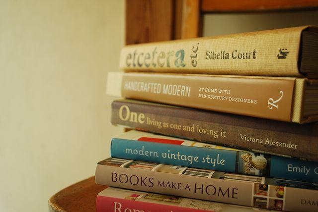 積み重ねられた本がおしゃれでかっこいい壁紙